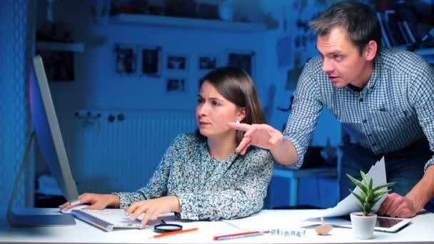 Manager bespricht Jahreseinkommen und Steuern mit Buchhalter