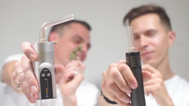 medizinisches Marihuana durch eine elektronische Zigarette rauchen,