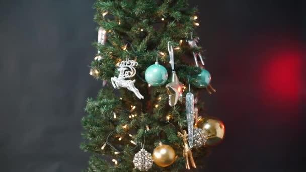 Detailní záběr na vánoční stromek.