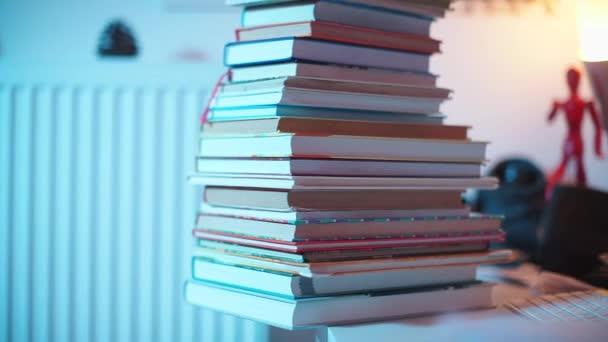 Leltárkönyvek közelítése az asztalon az irodában