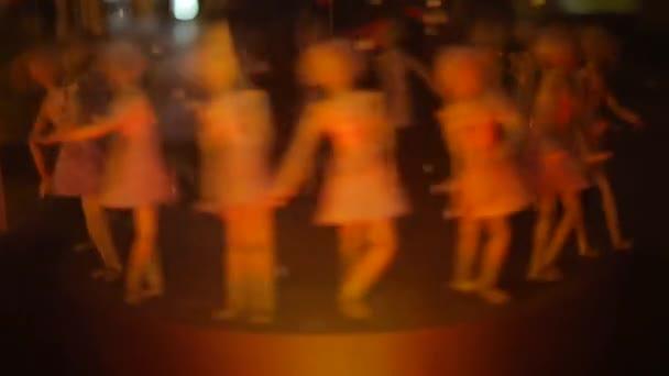die Bewegung in einem Kreis aus vielen Puppen, die eine Tanzbewegung bilden.