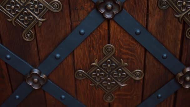 Dřevěné dveře u vchodu do staré hradní věže hlavního města Prahy.