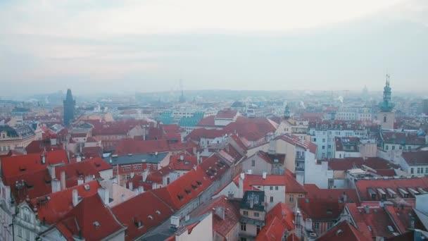 Panoramatický výhled na staré město s červenými střechami.