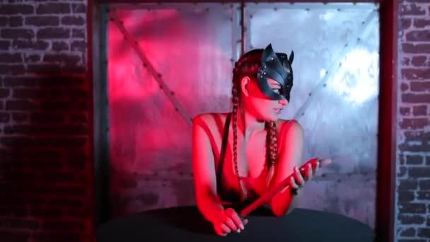 ein Mädchen probiert vor dem Auftritt eine Katzenmaske auf ihrem Gesicht an