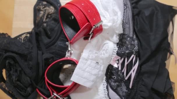 Rote Handschellen liegen unter dem Tuch