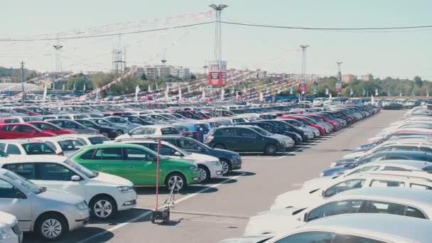 platforma, na které je spousta aut, místo pro nákup a prodej auta