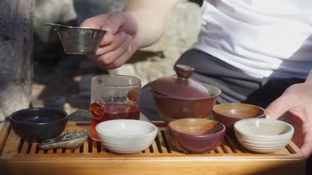 nalévání čaje v talíři, čajový obřad
