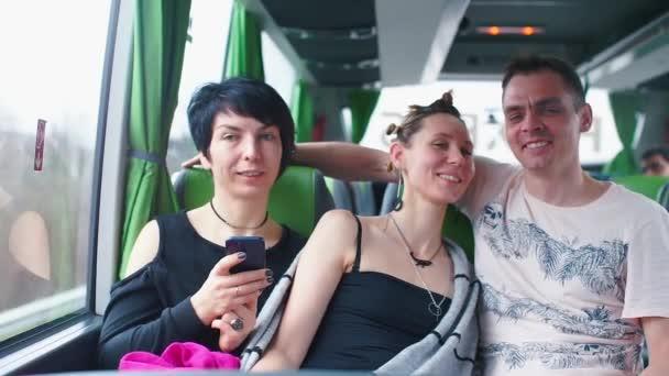 Dvě lesbičky jezdí turistickým autobusem s gayem.