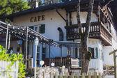 Fotografie Schönes lebendige buntes Innenstadt Bild Straße in Füssen, Bayern, Bayern, Deutschland, mit Touristen und Passanten in der Nähe von Schaufenstern und Restaurants beherbergt im bayrischen Stil