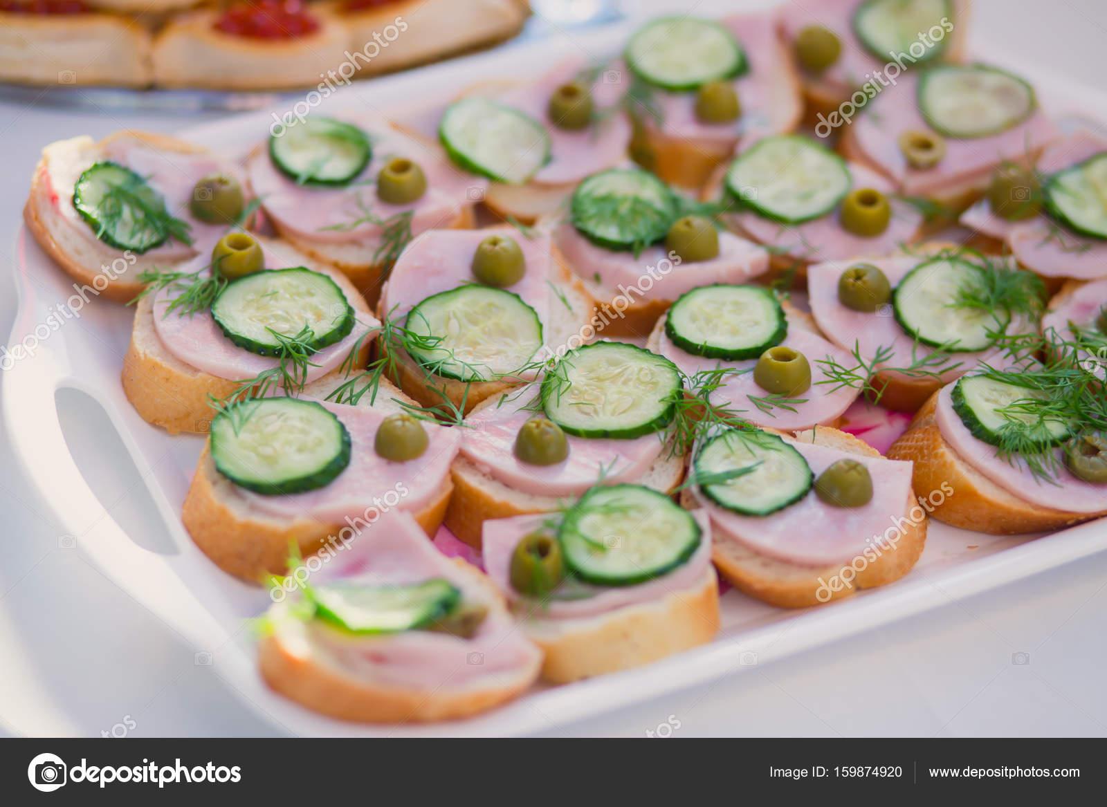 Wunderschon Dekoriert Catering Banketttisch Mit Verschiedenen Food
