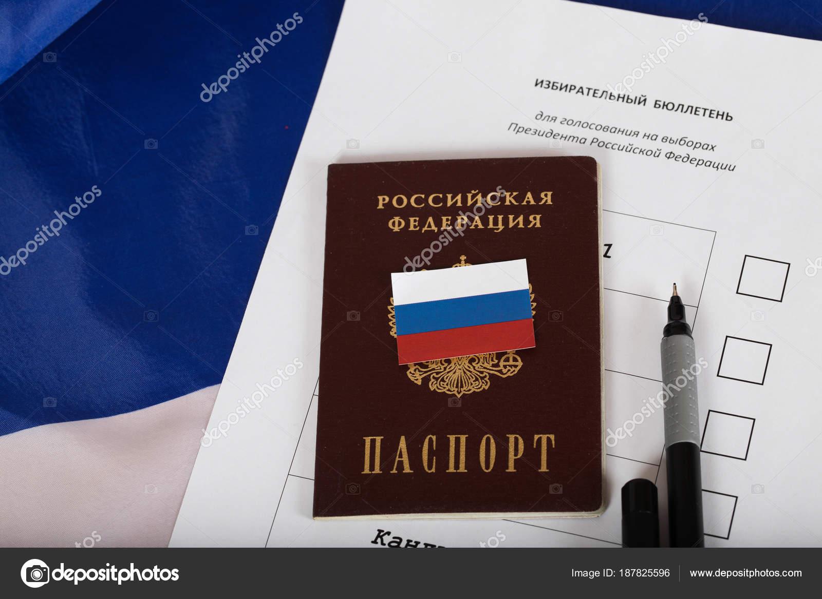 Pasaporte ruso en una muestra aproximada de papeleta para pre ...