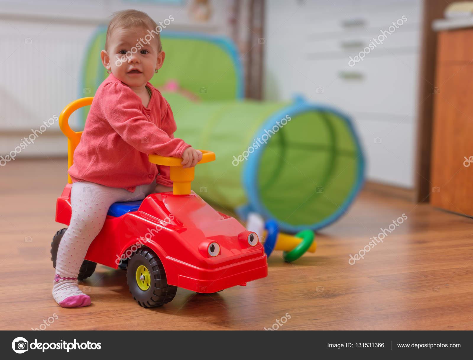 Petite La Enfant Jouet Et De Rouge Fille JoueAssis Sur Voiture k80wnOP