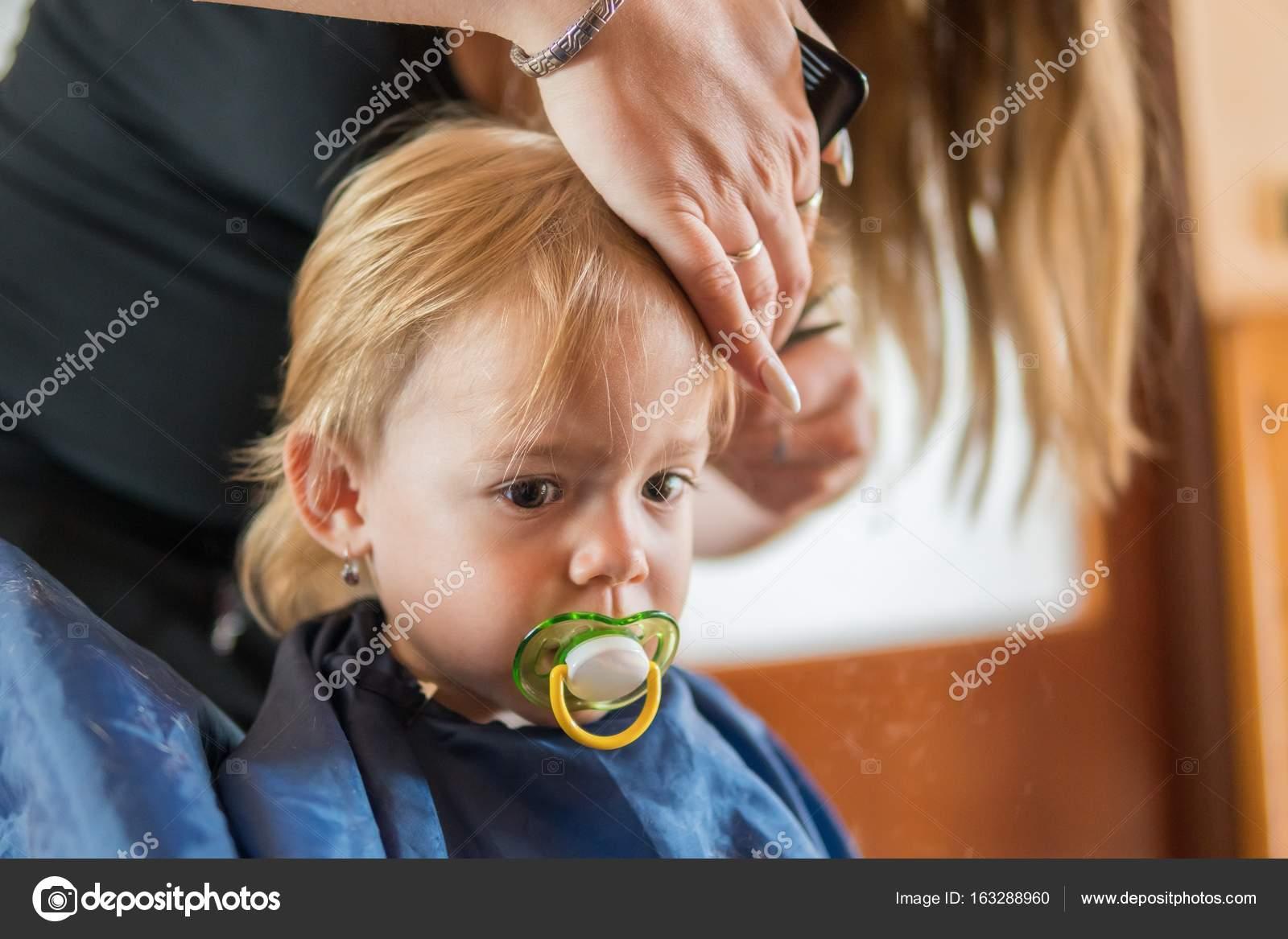 Kleinkind Mädchen Bekommt Ihren Ersten Haarschnitt
