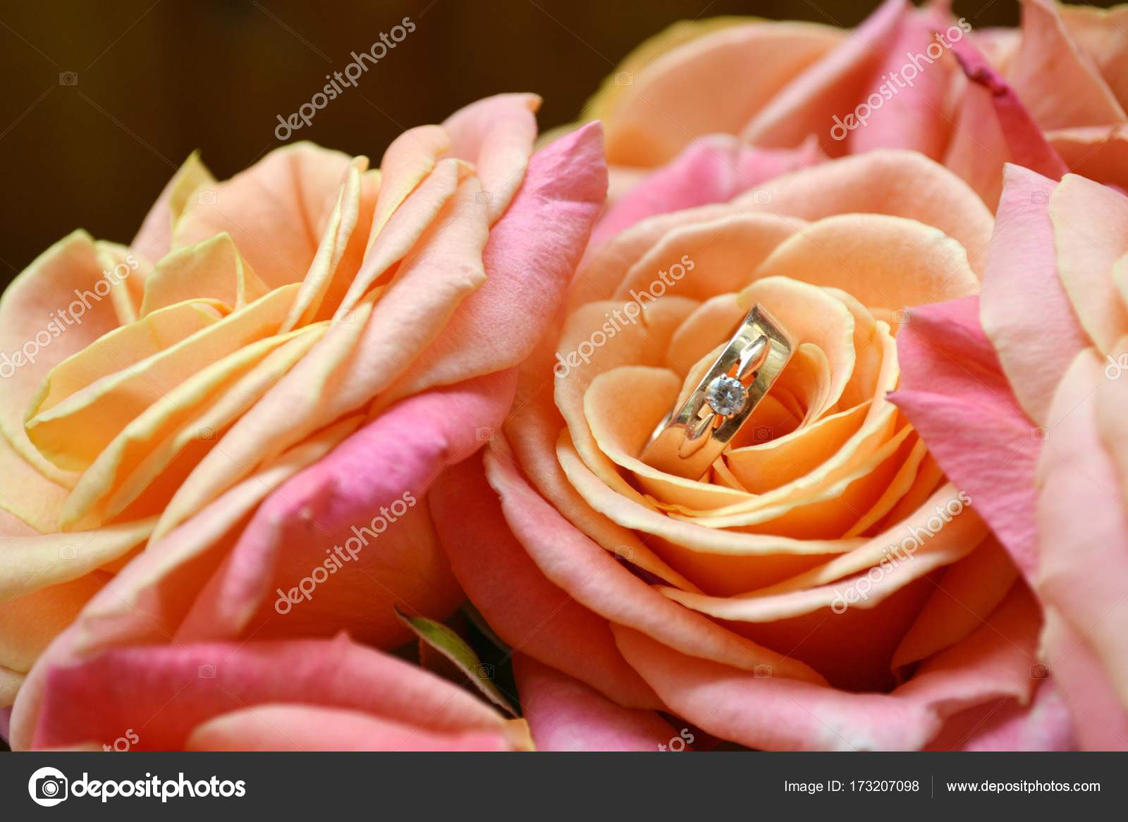 Zwei Goldene Verlobungsringe Auf Eine Schone Hochzeitsstrauss Rosa