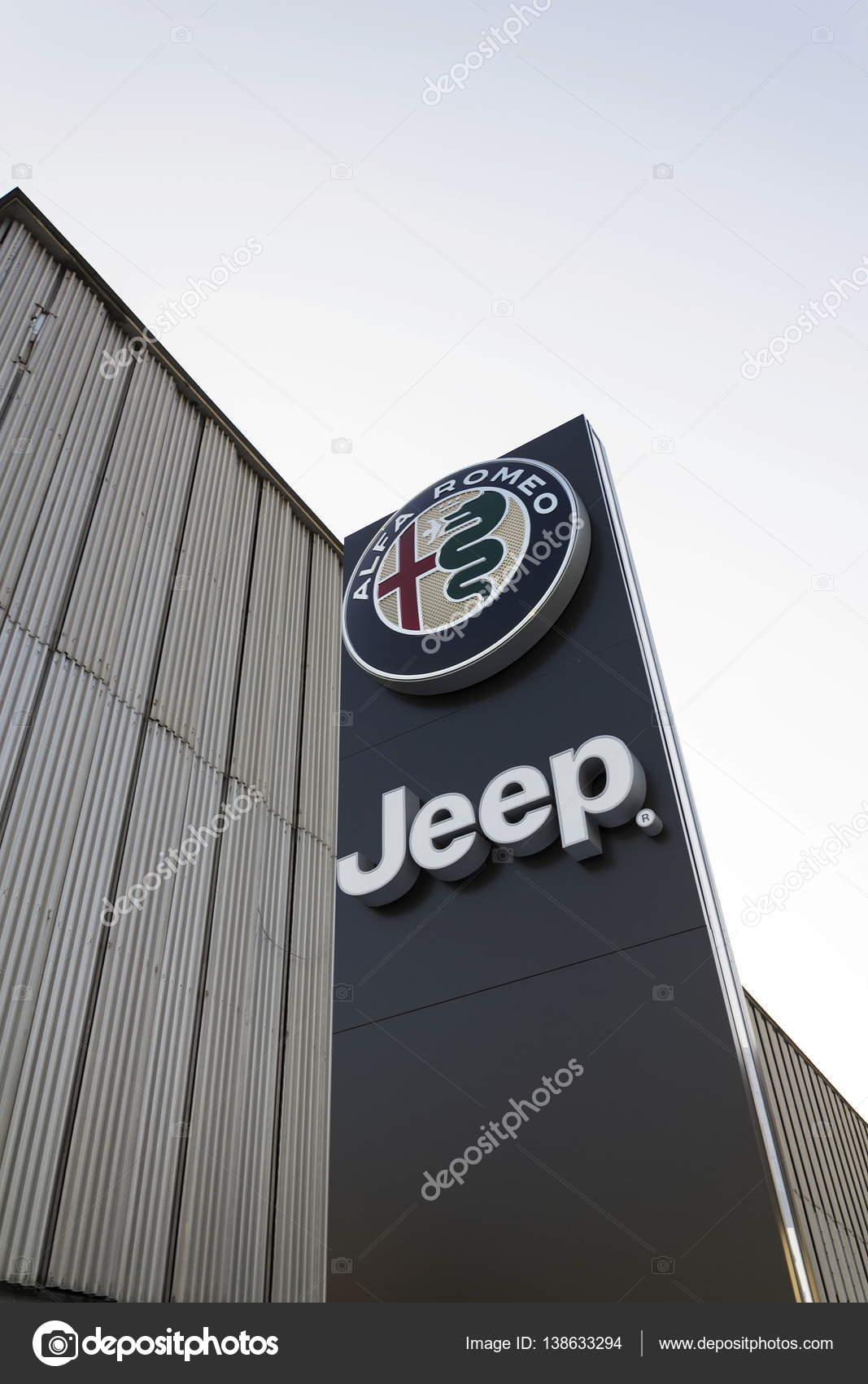 Jeep En Alfa Romeo Auto Logo Op Dealer Voortbouwend Op 20 Januari