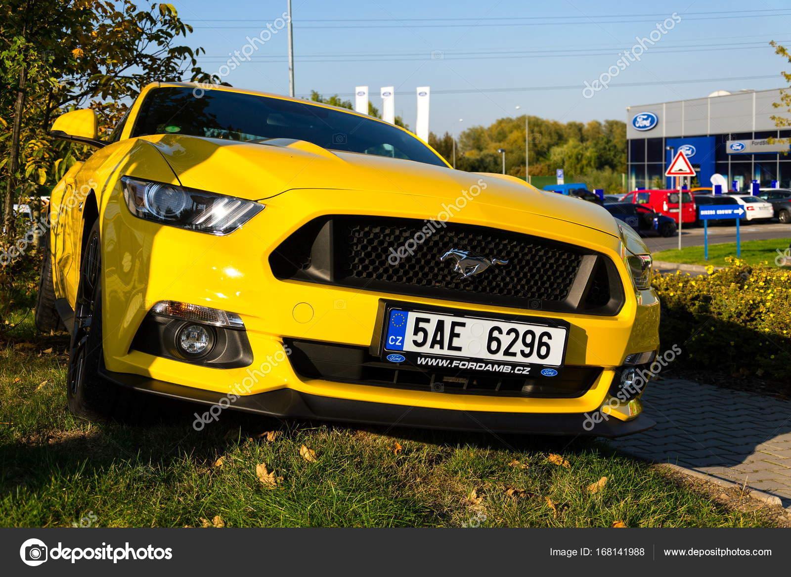 Auto ford mustang frente a concesionario de motor compañía ford edificio en 29 de septiembre de 2017 en praga ford y lyft trabajarán juntos para instalar