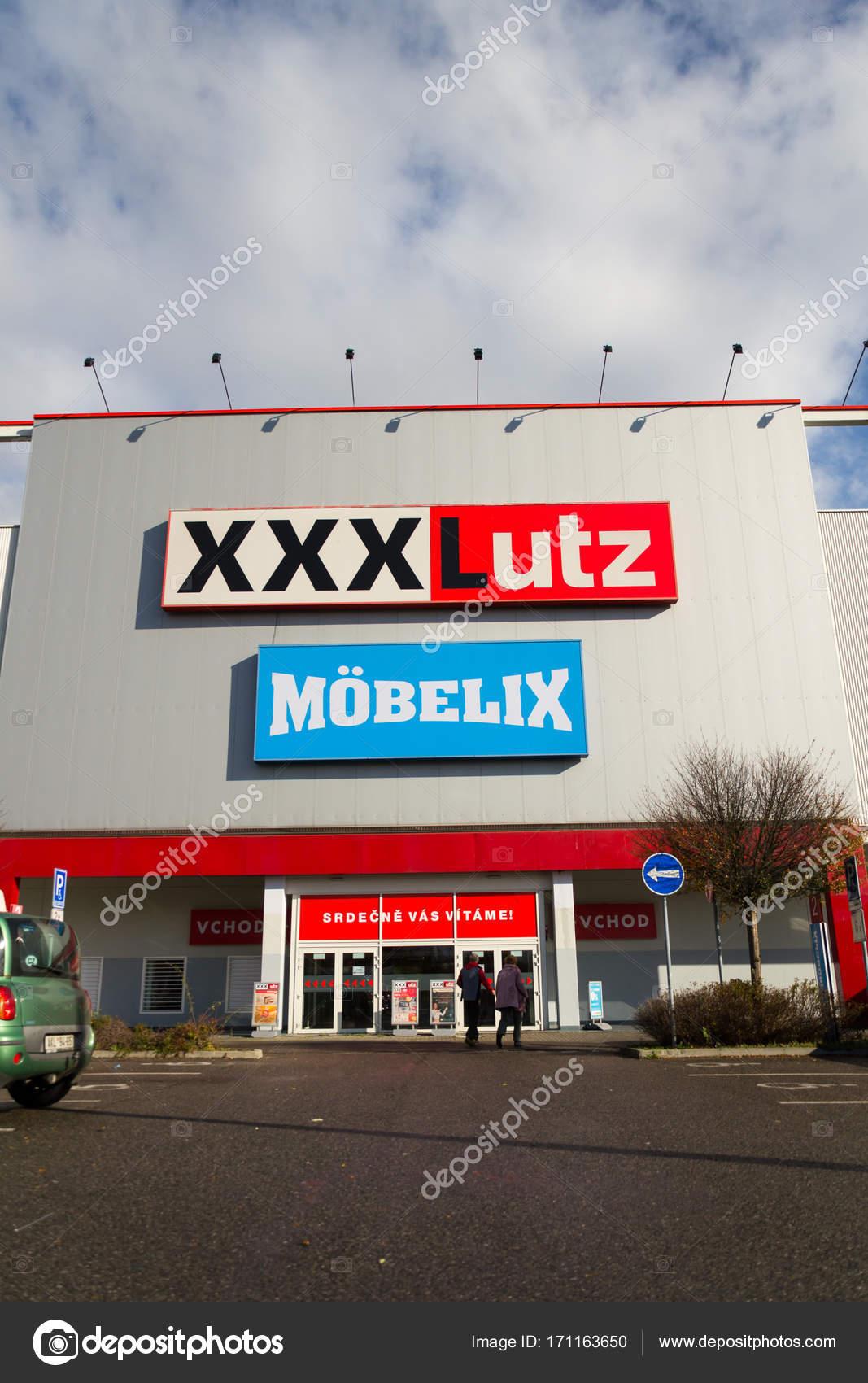 Xxxlutz Mobelix Corporation Logo Auf Supermarkt Gebäude