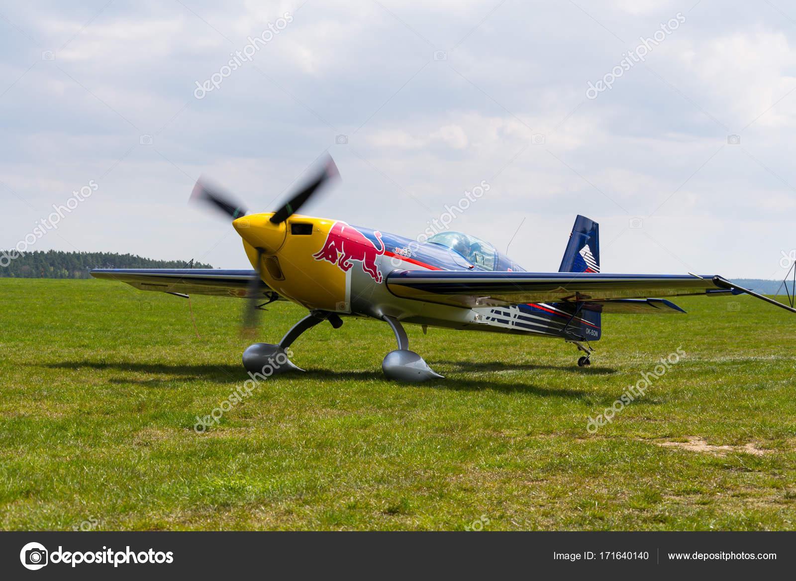 Red Bull Air Race Pilot Martin Sonka In Seinem Kunstflug Flugzeug