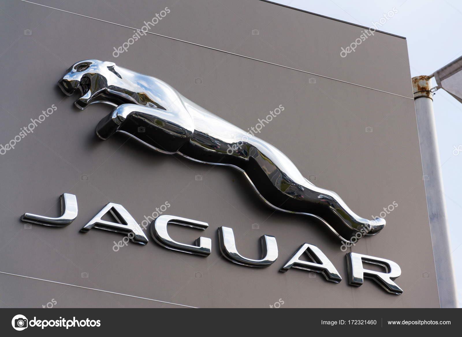 Logotipo Da Empresa Fabricante Jaguar Carro Em Frente Ao Prédio Da  Concessionária U2014 Fotografia De Stock