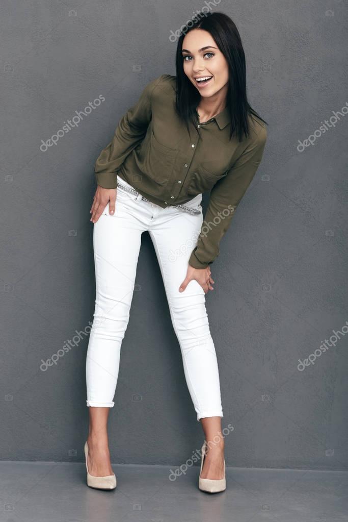 11ddb2368eb6c Longitud total de atractiva mujer joven en ropa de Sport elegante posando  sobre fondo gris en estudio - ropa de sport para mujeres — Foto de ...