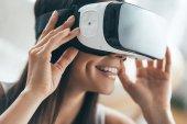 Fotografia donna felice in realtà virtuale