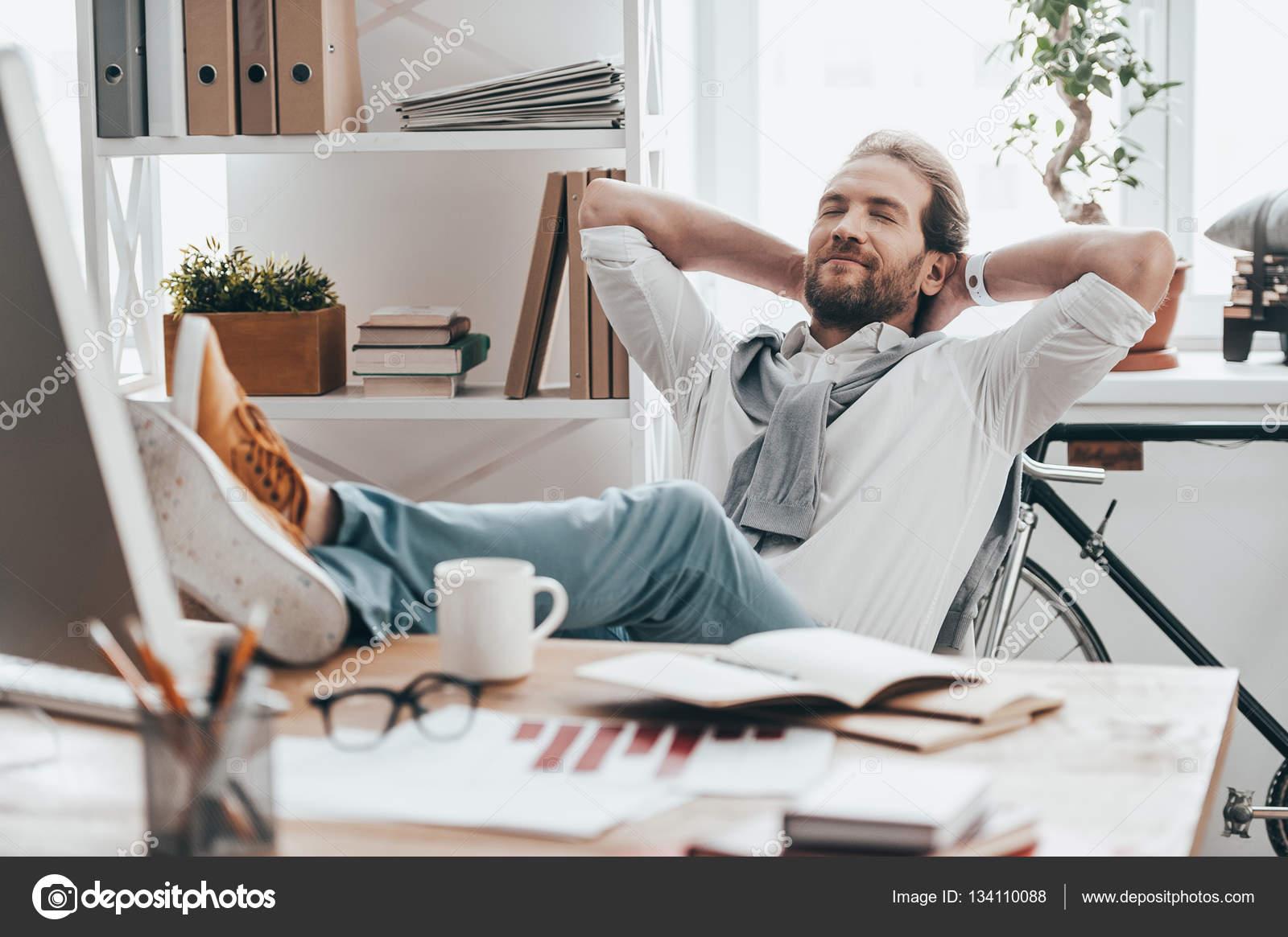 Homme se reposer les pieds sur le bureau u photographie