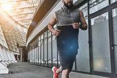 aktivní muž v sportovní oblečení běžecké