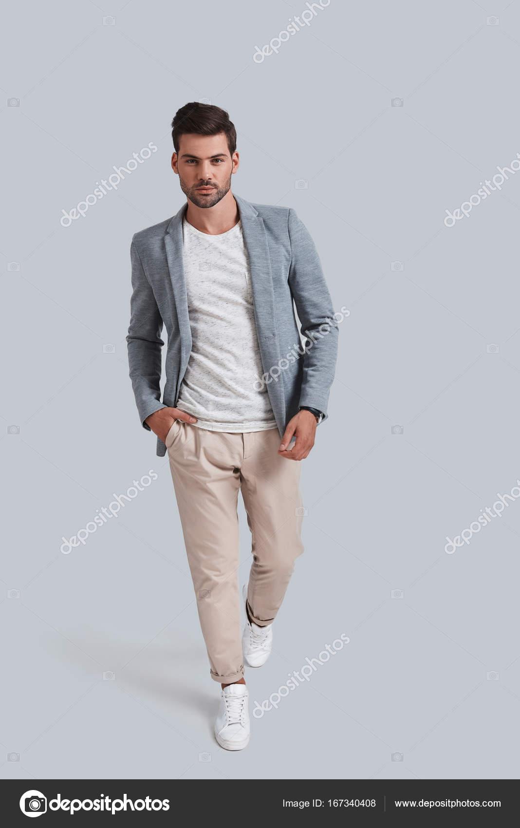 bddf6c96d4ef Uomo bello in abbigliamento casual — Foto Stock © gstockstudio ...