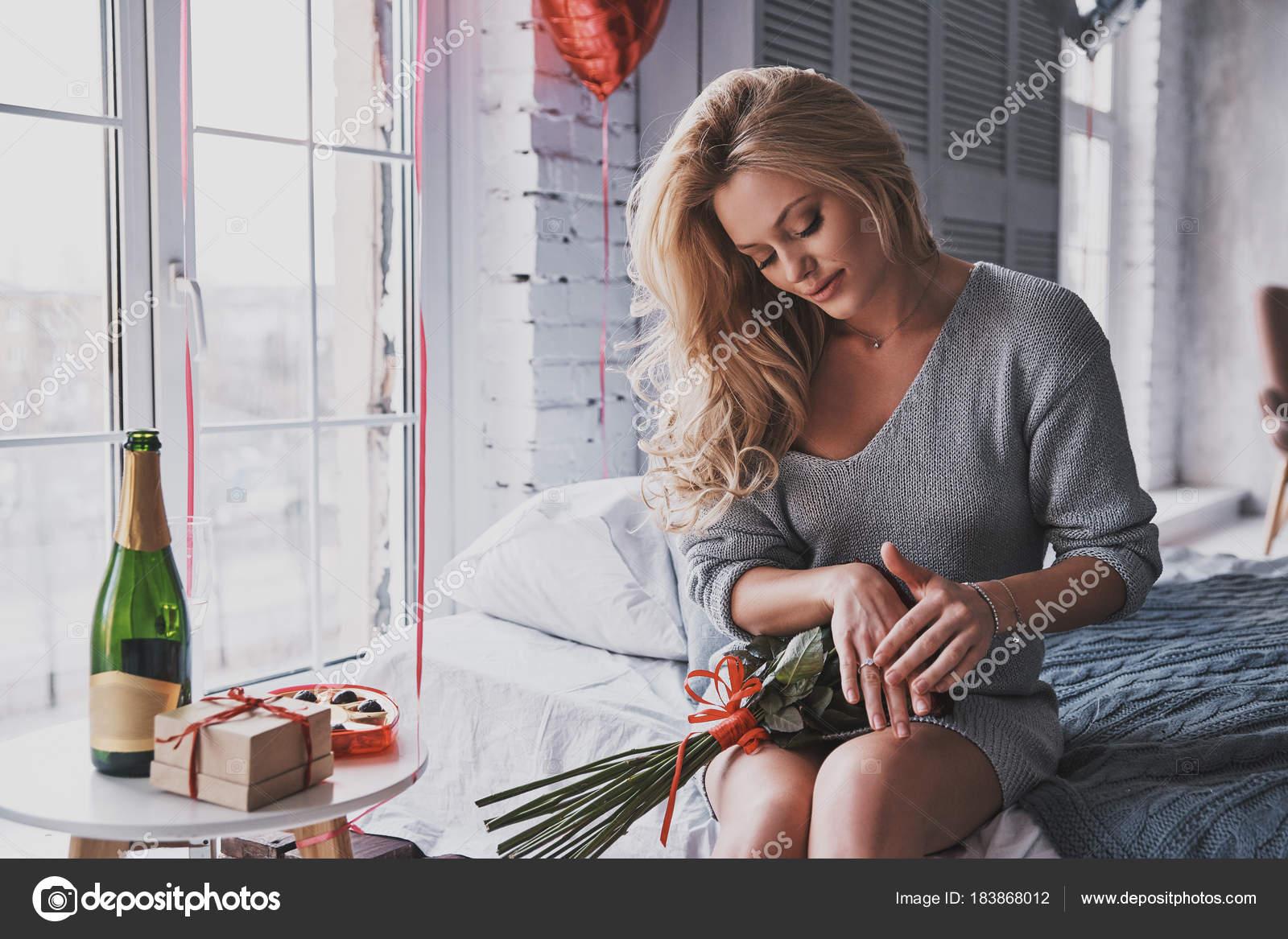 Блондинка в спальнп