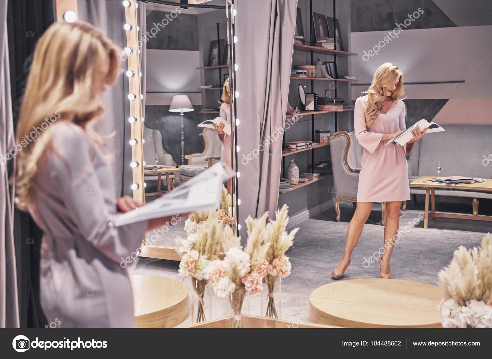 Frau Eleganten Kleid Lesung Magazin Brautmodengeschaft Beschaftigt