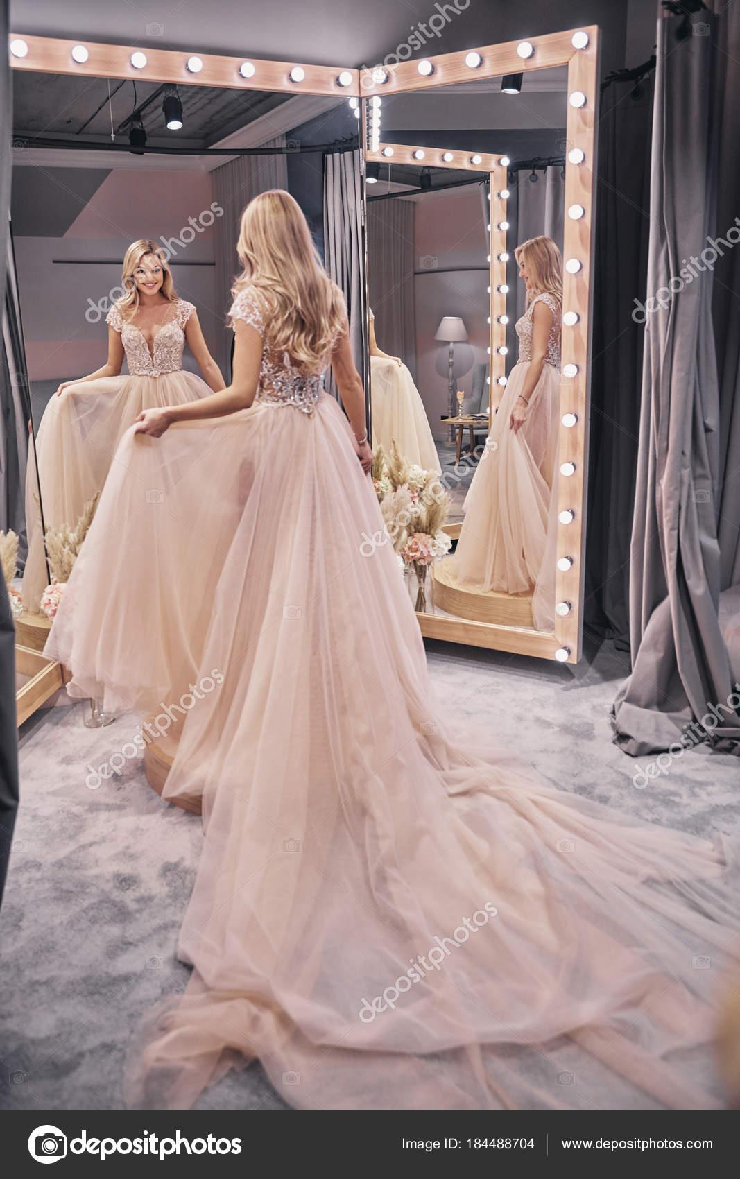 Voller Lange Blonde Frau Tragt Hochzeitskleid Brautmodengeschaft