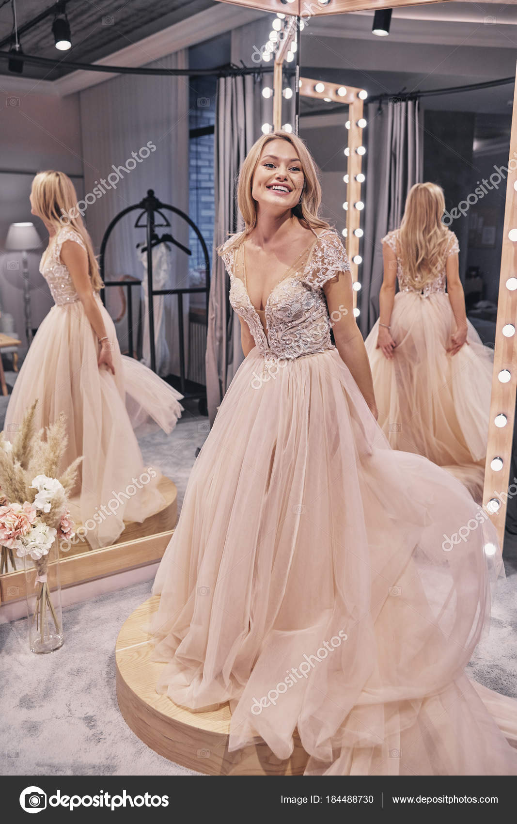Mujer Feliz Boda Vestido Sonriendo Frente Espejo Tienda Novia — Foto ...
