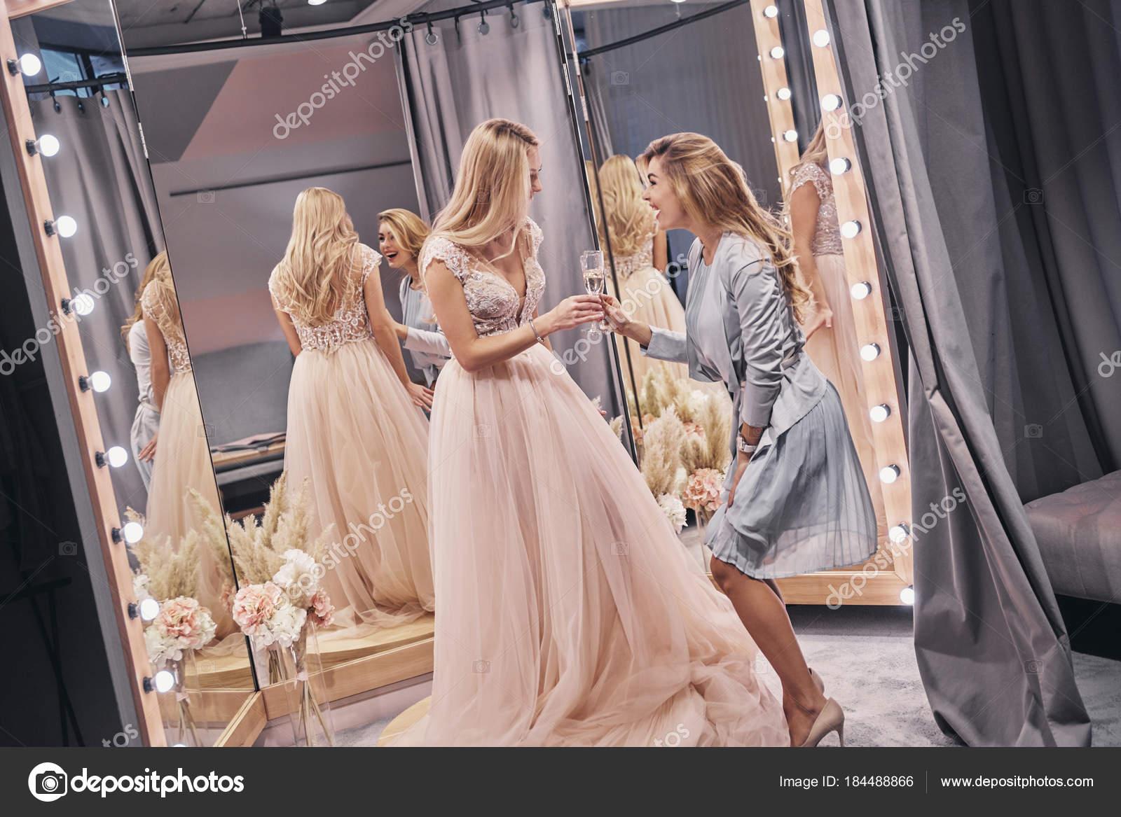 foto-blondinki-v-shampanskom-dorogie-prostitutki-moskvi-i-elitnie-individualki
