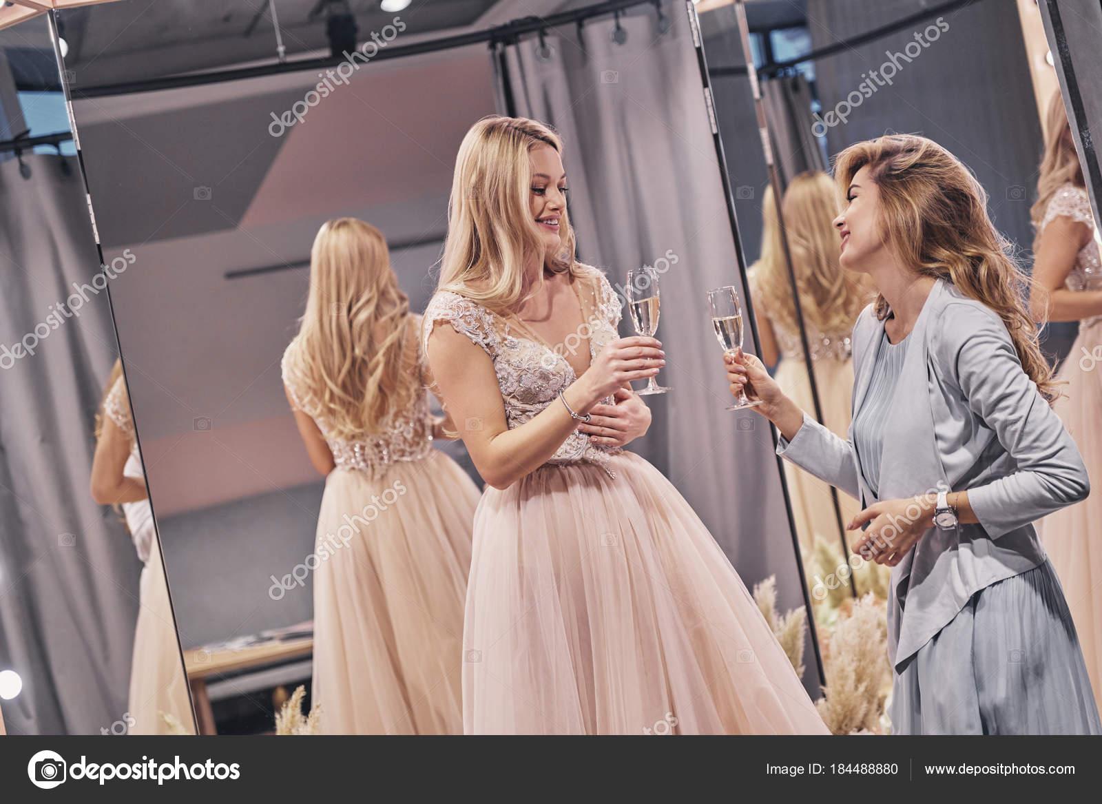 foto-blondinki-v-shampanskom