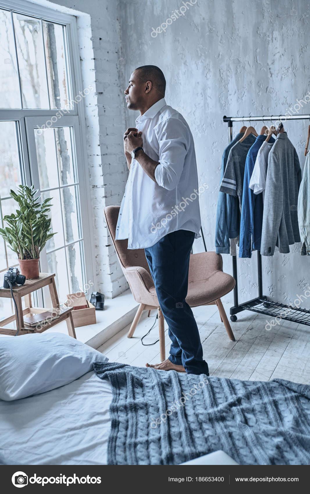 c45eb1dd5 Homem Bonito Vestir Camisola Quarto Casa — Fotografia de Stock