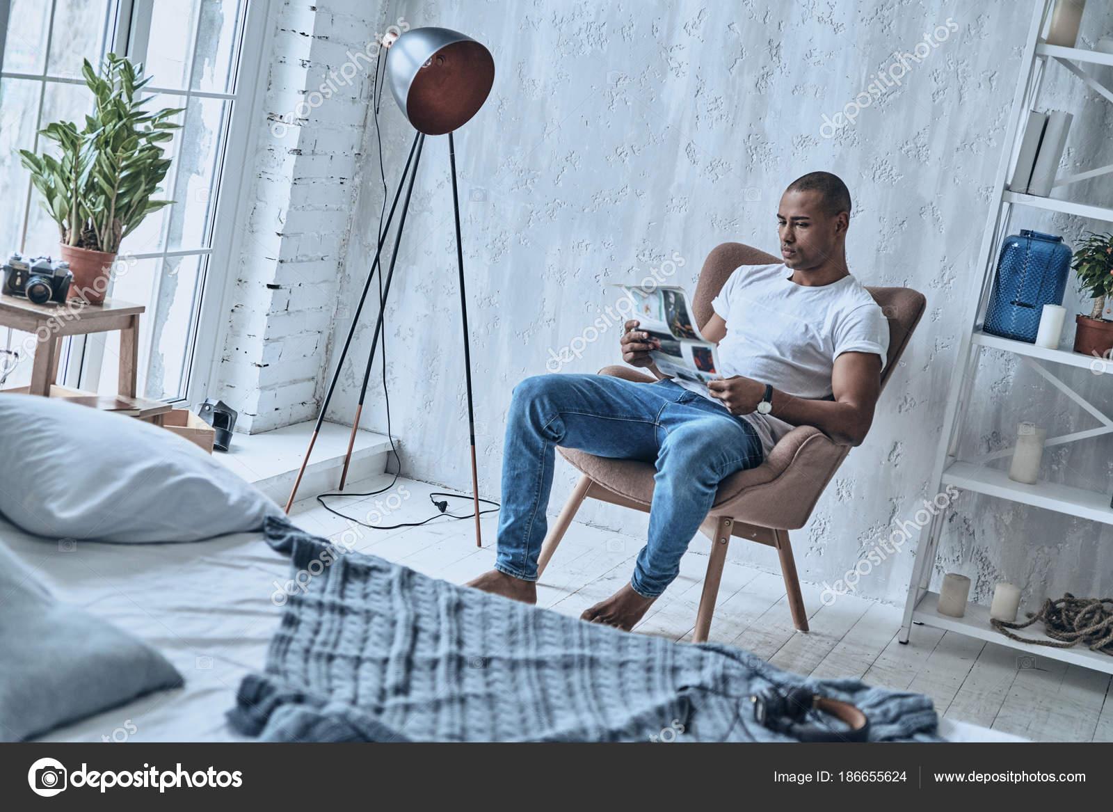 Leggere In Poltrona.Giovane Uomo Africano Bello Leggere Giornale Mentre Era