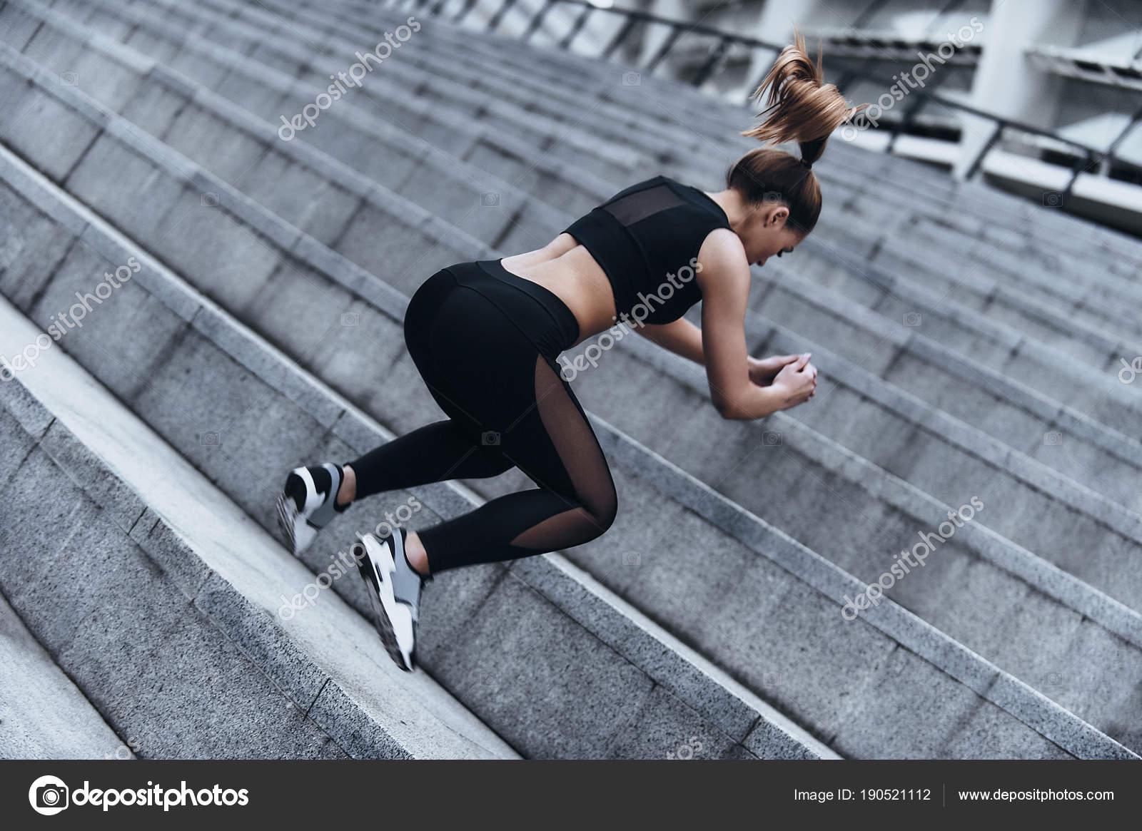 buy popular 5f2a8 d0600 Moderne Junge Frau Sportbekleidung Springen Beim Training ...