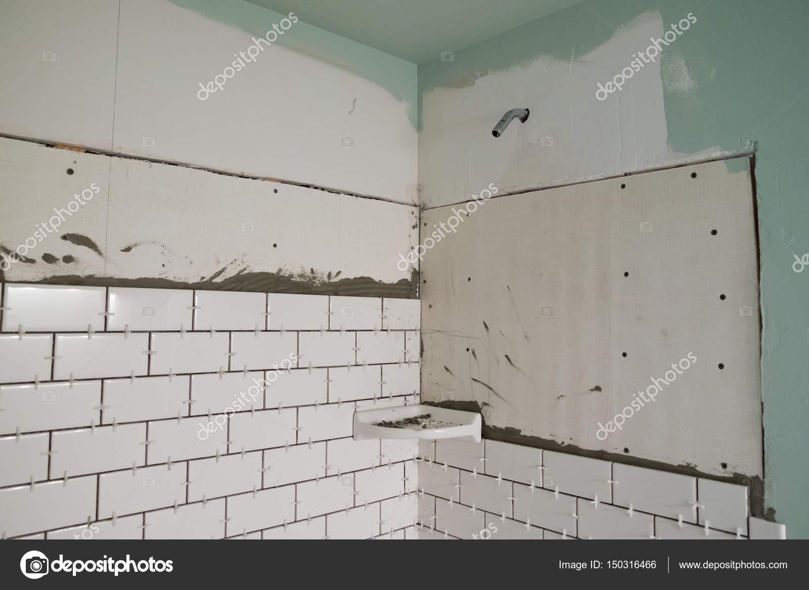Bianco della metropolitana piastrelle vasca surround u foto stock