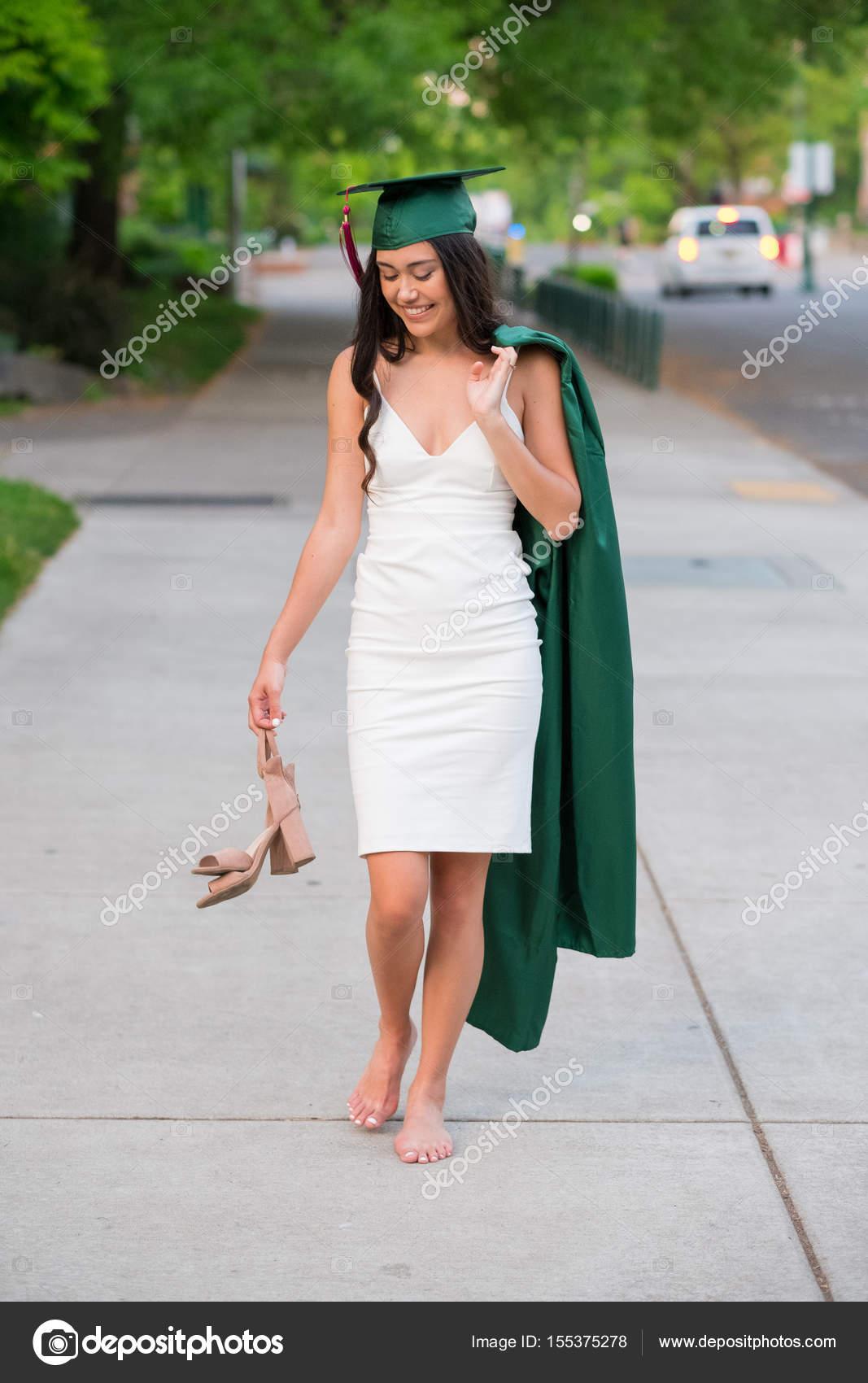 a61a987bc Estudiante mujer con su gorro y vestido hacia la ceremonia de graduación en  un campus universitario durante la primavera en Oregon - imágenes  vestidos  de ...