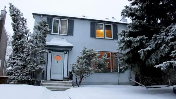 Padající sníh nad domem na Rezidenční ulici