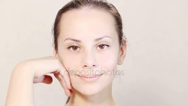 Portrét krásné ženy masáž obličeje zblízka. Soubor videa.