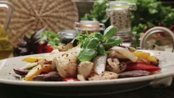 Caesar salát s grilovaným sýrem a rajčaty. Odrůdy Caesar salát.