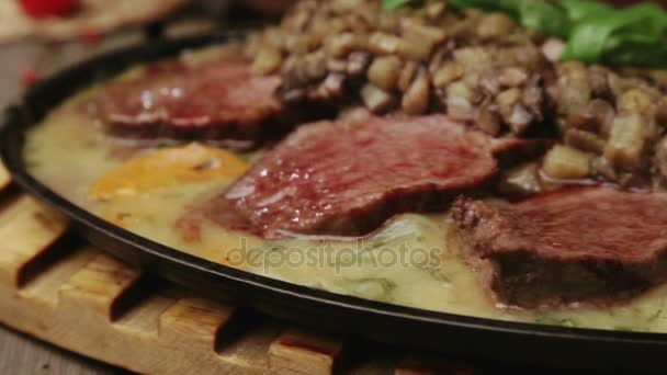 Umění vaření v masitých jídel. Medailon jídlo maso v omáčce. Teplé masové lahůdky v omáčkách