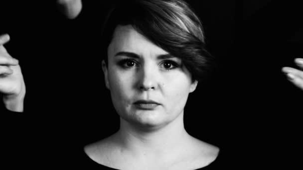 Az arc, a lány közel akár zárt kéz sokasága. Portréja egy womans arc, kéz, fekete-fehér kép számos rejtett.