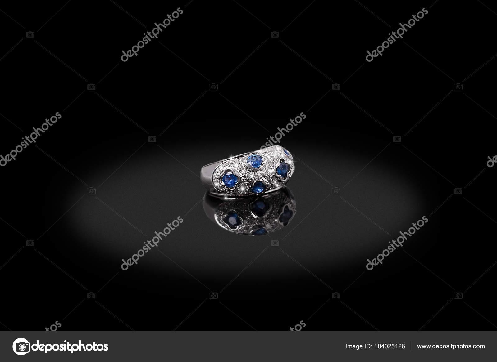 Θηλυκό ασημένιο πολύτιμο δαχτυλίδι με διαμάντια και ζαφείρι σε μαύρο φόντο.  Καλό υλικό για σχεδιασμό κοσμημάτων– εικόνα αρχείου 9f6250a7011