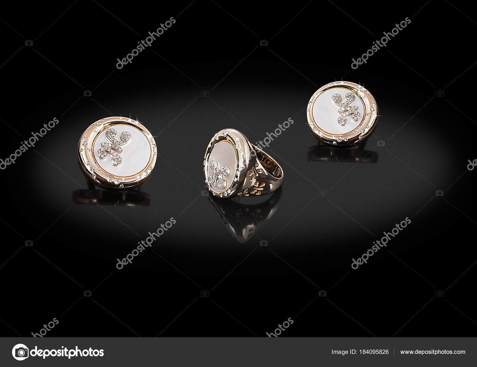 01192b7e2ea9 Anillo redondo oro pendientes preciosos con nácar de diamantes y mariposa  sobre fondo negro– imagen de stock