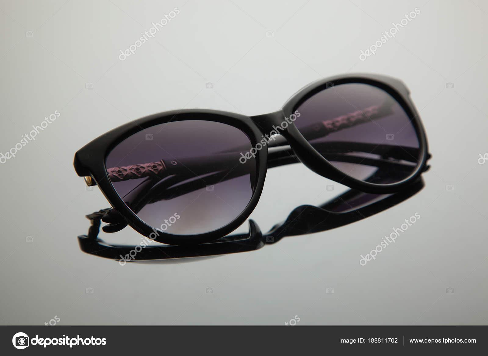 fce4781de58179 Mode dégradé élégant avec filtre polarisant, or décoration sur la douche,  en plastique noir, lunettes de soleil femmes– images de stock libres de  droits