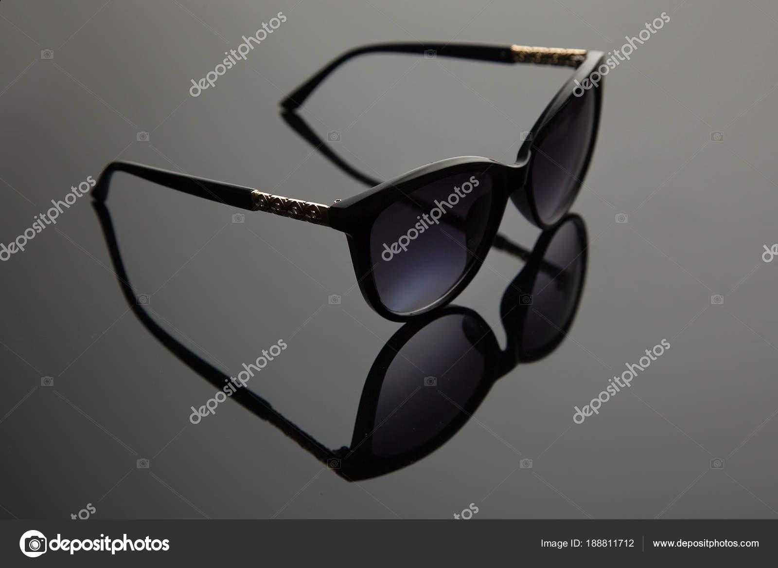 a2baa26337acc3 Mode lunettes de soleil femmes plastique noir, décor or sur la douche, fond  dégradé élégant avec filtre polarisant — Image de Korolkov