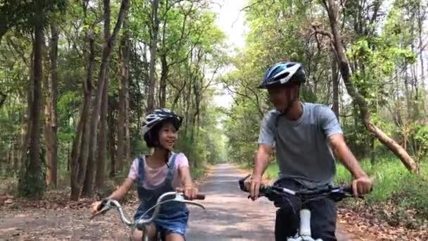 Šťastný otec a dcera na kole v parku, pospolitosti relaxační koncept