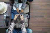 Zpětný pohled cestujícího mladý pár plánování líbánky vaca